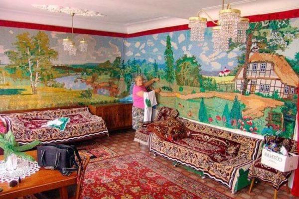 80-летняя пенсионерка вышила крестиком самую большую картину в мире, и использует ее как обои