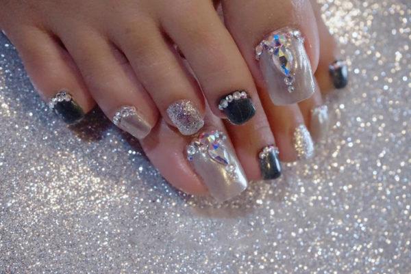 Модный тренд — новинка: Яркие, длинные ногти… на ногах!